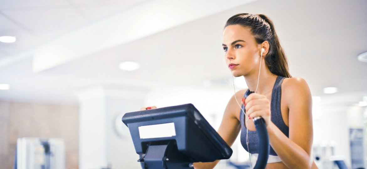 lady doing cardio in gym